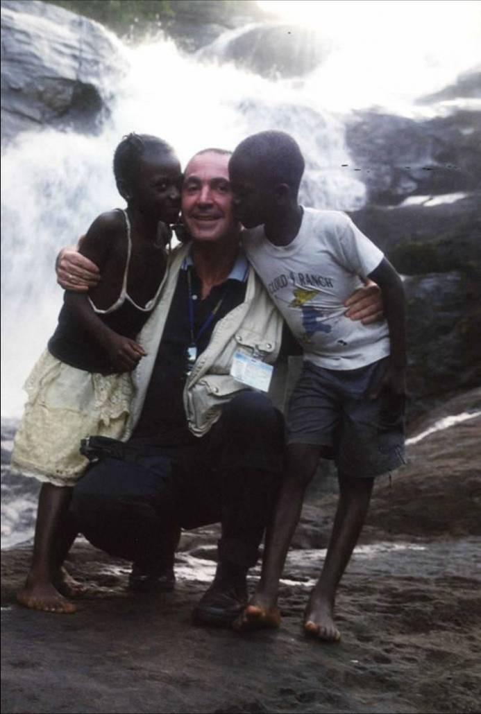 Giueppe Carrisi e due bambini africani