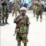 bambino soldato africano