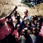 Giueppe Carrisi con i suoi bambini africani
