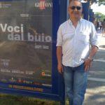 Giuseppe Carrisi accanto alla locandina del suo film  Voci dal buio – al Warner Village Parco dé Medici a Roma
