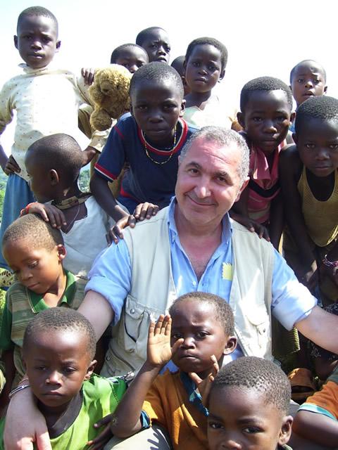 Giuseppe Carrisi insieme ai bambini del Congo