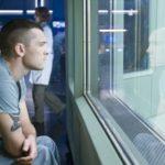 jake-sully-sam-worthington-guarda-al-di-la-del-vetro-in-una-scena-del-film-d-azione-e-fantascienza-avatar