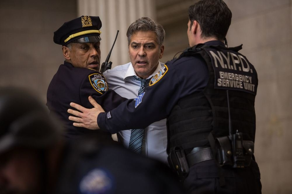 George Clooney (Lee Gates) cerca di soccorrere Jack O'Connell (Kyle Budweell)